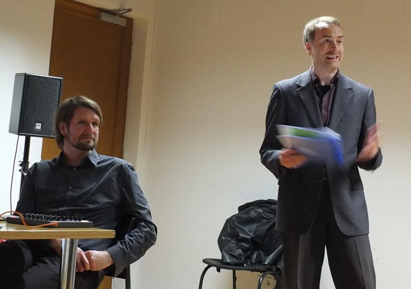Ralf Fischer (ev.Akademie Frankfurt) bei der Begrüßung. Links von ihm Tobias Schmitt