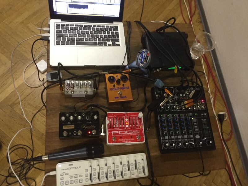 Auch eine elektrische Violine verträgt elektronische Zuarbeiter - Equipment von Mia Zabelka