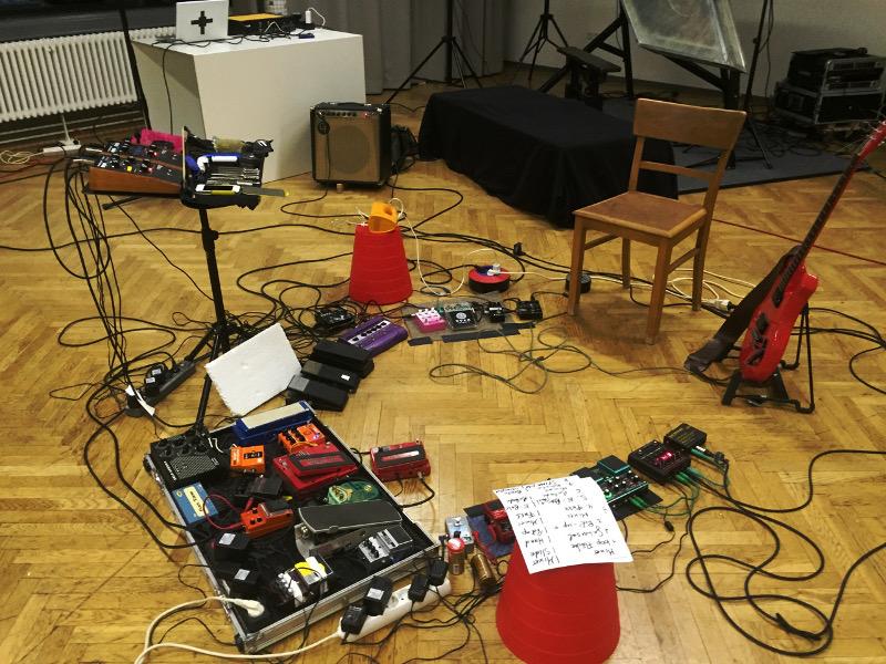 Umfeld einer Gitarre - das mobile Klanglabor von Thomas Maos