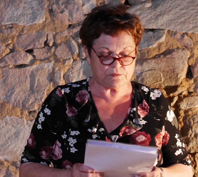Bettna Pfeifer liest einen kurzen Text zu Idi Amin, seine Tötungsorgien, und den Fischen