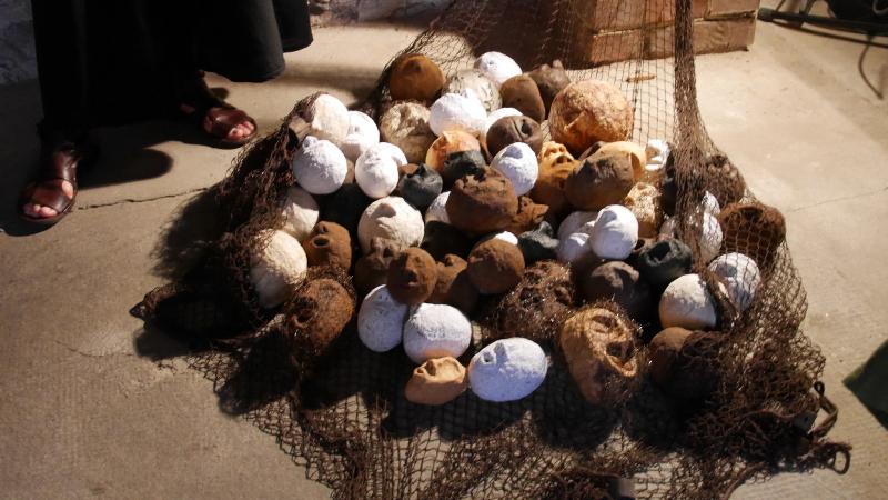 Ein Berg von Köpfen in einem Netz - Idi Amins Tote - Werk von Bettina