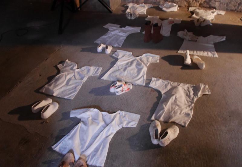 Kinderhemdchen und Schuhe, ausgegossen, wie am Strand, von Bettina Pfeifer