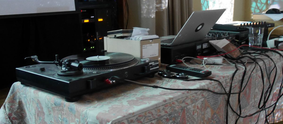 Arbeitsplatz cagentArtist & acrylnimbus. Der Plattenspieler kam später bei der Lounge zum Einsatz.