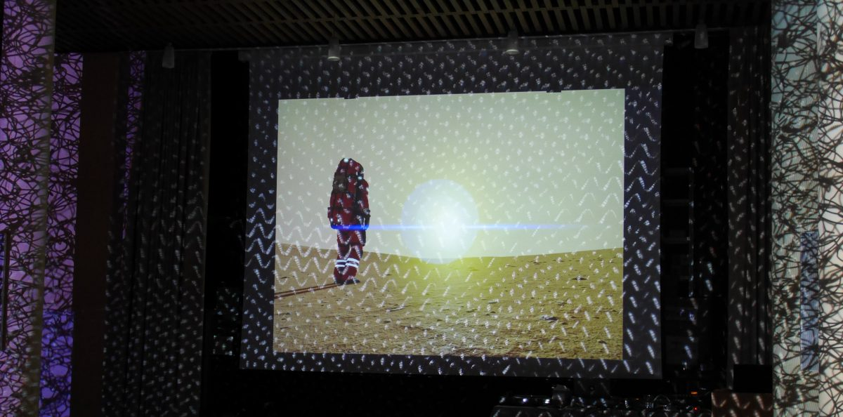 Raumfahrer auf Planet. Auch hier im Anschluss an die Performance mit Lichtkunst-Effekten überlagert